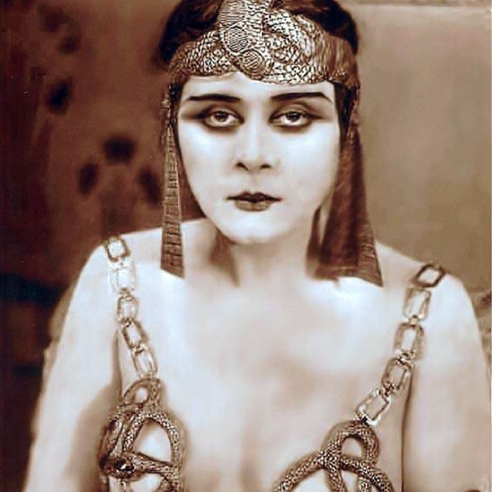 Actress Theda Bara wearing dark smouldering eye makeup and bold lipstick
